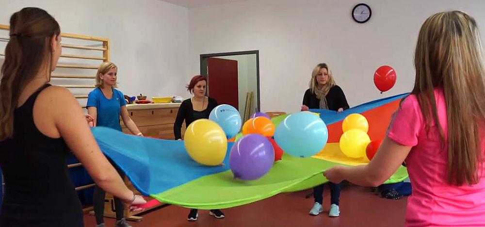 Schülerinnen mit Tuch und Ballons beim Kreativtag der Fachakademie für Sozialpädagogik des KWA Bildungszentrums
