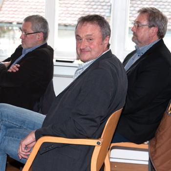 V.l. Chris Leder, Hygienefachkraft, Georg Scheitzach, Medizinprodukteberater, Schulleiter Karl-HeinzEdelmann
