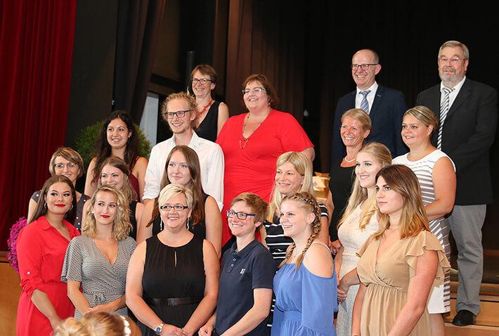 Die Jahrgangsbesten der Absolventen aller Schulen des KWA Bildungszentrums Pfarrkirchen mit Lehrkräften und (in oberster Reihe) KWA Vorstand Dr. Stefan Arend (2. v. r.) und dem Leiter des Bildungszentrums Karl-Heinz Edelmann (rechts)