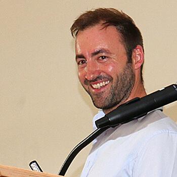 Lehrer Andreas Gramer moderierte die Abschlussfeier 2019 des KWA Bildungszentrums in der Stadthalle Pfarrkirchen.
