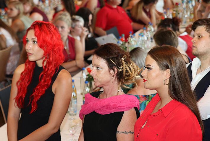 Absolventinnen des KWA Bildungszentrums bei der Abschlussfeier in der Stadthalle Pfarrkirchen.