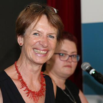 Desirée Deutsch (Bildmitte), Schulleiterin der Fachschulen für Heilerziehungspflege u. Heilerziehungspflegehilfe. mit ihrer Stellvertreterin Tanja Mühlbacher (links).
