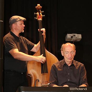 Auch das bekannte und beliebte Ernst-Kreuzmair-Trio unterhielt mit Musik - am Piano Ernst Kreuzmair. am Bass Bernhard Grundwürmer.