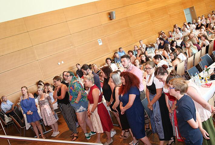 Absolventen des KWA Bildungszentrums bei der Abschlussfeier im Juli 2019 in der Stadthalle Pfarrkirchen.