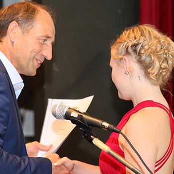 MdL Martin Wagle übergibt Absolventin die Urkunde zum Staatspreis.