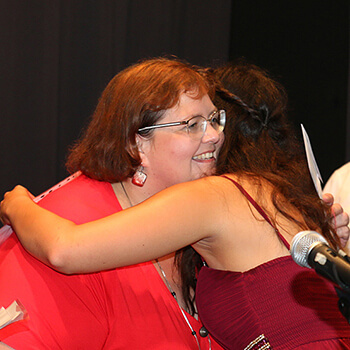 Die Staatspreisträgerin bedankt sich bei Lehrerin Michaela de Souza.