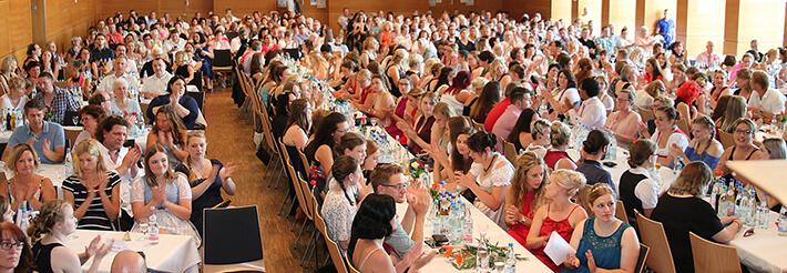 Absolventen des KWA Bildungszentrums Pfarrkirchen bei der Abschlussfeier im Juli 2019 in der Stadthalle.