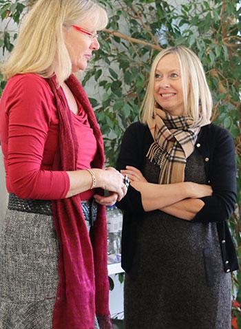 Die Rektorin der Pfarrer-Reindl-Grundschule Unterdietfurt Anja Berger (links) und Regina Köppl, Mitarbeiterin des KWA Bildungszentrums