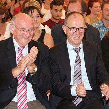 Georg Riedl, Bürgermeister a. D., und Dr. Stefan Arend, KWA Vorstand, bei der Abschlussfeier 2014 des KWA Bildungszentrums in Pfarrkirchen