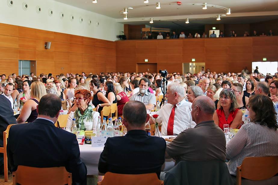 Blick in die mit mehr als 600 Gästen vollbesetzte Stadthalle Pfarrkirchen.