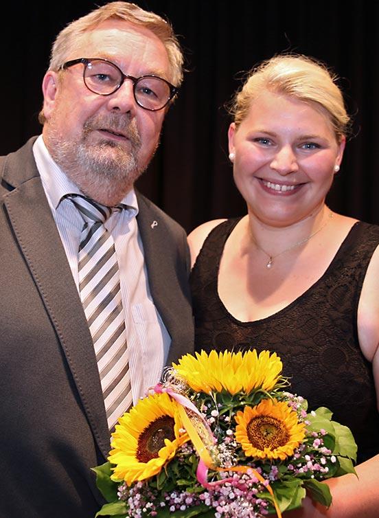 Verabschiedung von Paula Zeberer durch Schulleiter Karl-Heinz Edelmann.
