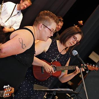 Musikalische Einlage der Lehrerinnenband.