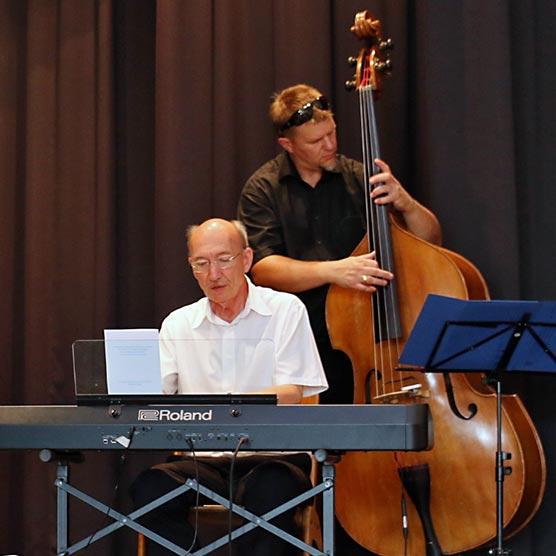 Das Ernst-Kreuzmair-Trio jazzte die Abschlussfeier mit fetzigen Tönen.