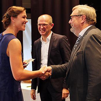 Karl-Heinz Edelmann zeichnet die Staatspreisträgerin Maria Eichinger aus.
