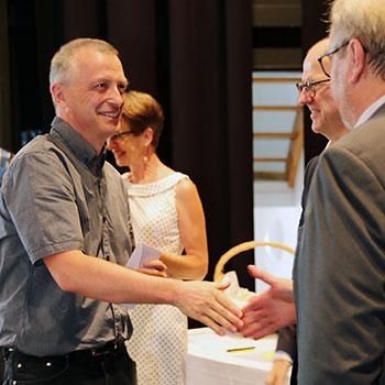 Karl-Heinz Edelmann gratuliert Christoph Niedernhuber, dem Jahrgangsbesten in der Heilerziehungspflegehilfe.