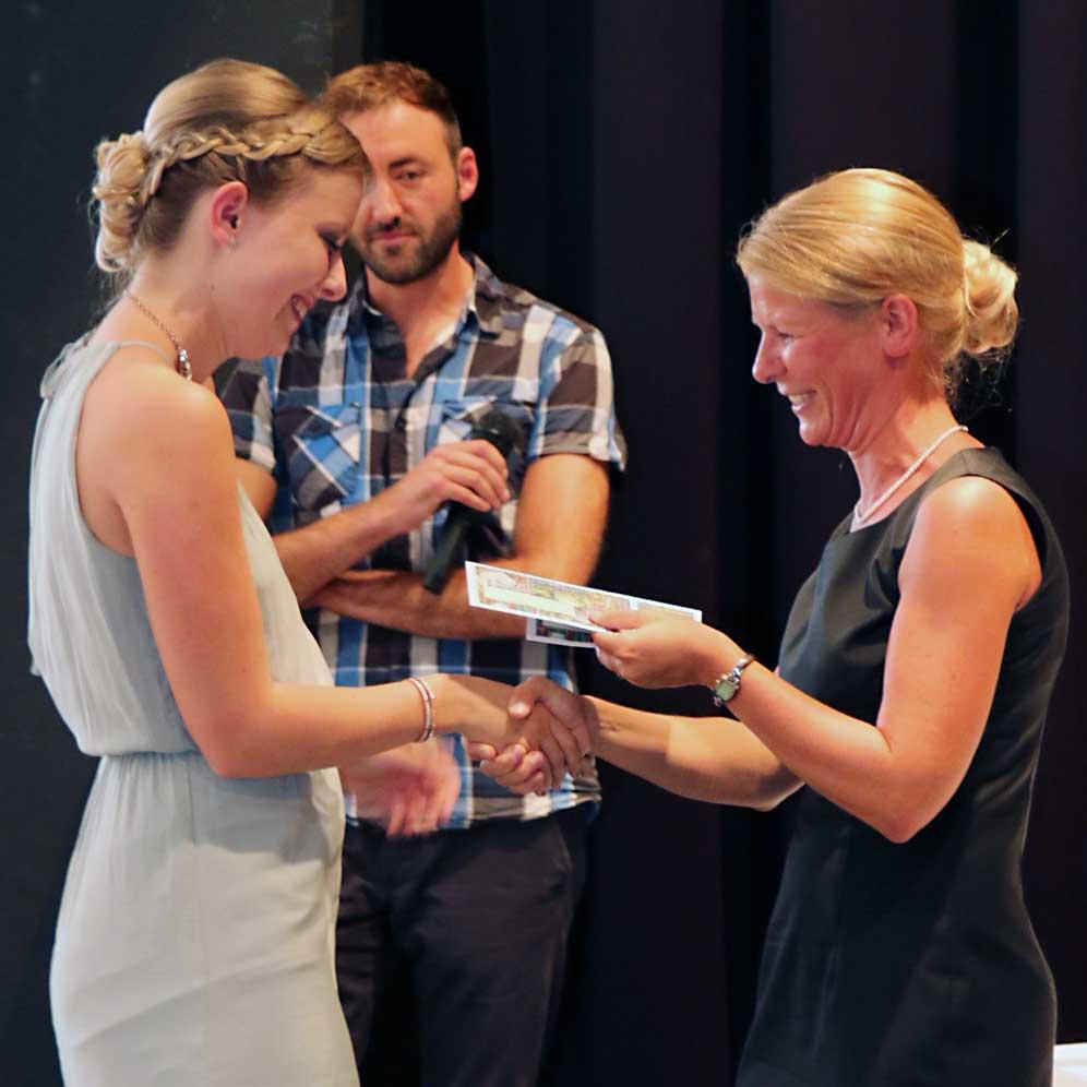 Bettina Schmidbauer, Schulleiterin der Fachakademie für Sozialpädagogik (rechts), zeichnet Annalena Köppl als Jahrgangsbeste in der Fachakademie für Sozialpädagogik aus.