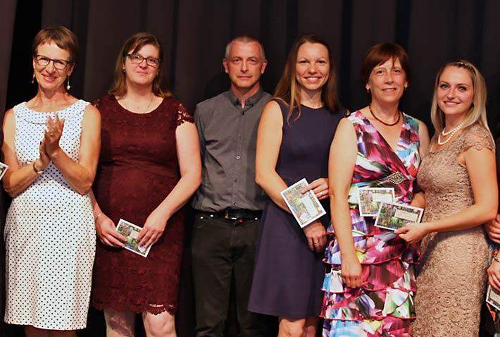 Gruppenfoto der Jahrgangsbesten aus den Fachschulen Heilerziehungspflege und Heilerziehungspflegehilfe.