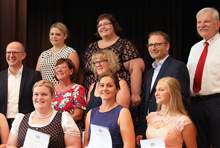 Alle Staatspreisträgerinnen der Berufsfachschulen für Altenpflege und Sozialpflege mit ihren stolzen Schulleiterinnen.