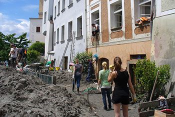 """Studierende des KWA Bildungszentrums bei """"Passau räumt auf"""" nach der Flutkatastrophe 2013"""