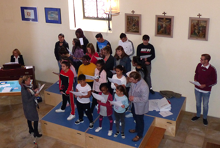"""Mit dem Lied """"Wir sind Kinder einer Welt"""" eröffnete der Chor des Caritas-Schülerzentrums """"Krabat"""" unter der Leitung von Ursula Wieshuber das Programm in der Spitalkirche zum Weltkindertag. Am Klavier begleitete Christa Rembart."""