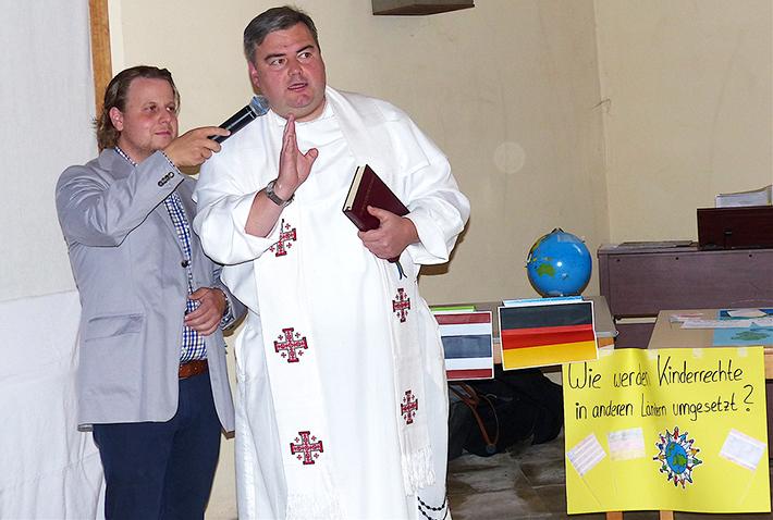 Pfarrcaritasvorstand Christian Steiger (li.) und Pater Jakob Zarzycki.