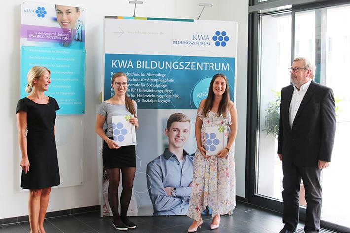 Von links: Bettina Schmidbauer (Schulleit. d. Fachakademie f. Sozialpädagogik), Katrin Stallhofer (erzielte aufgrd. ihrer Leistung die fachgeb. Hochschulreife), Rebecca Rosai (Jahrgangsbeste Erzieherin, Notenschnitt 1,0) Karl-Heinz Edelmann (Leiter d. BIZ)