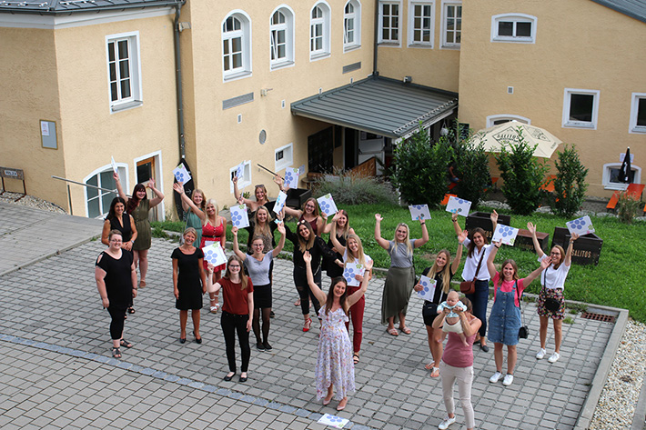 Auch im Freien hielt man Abstand - und hielt zum Zeichen der Freude über den Abschluss nicht nur Mappen hoch, sondern auch noch ein Baby ... Allen 174 Absolventinnen und Absolventen: Herzlichen Glückwunsch!